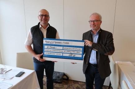 Christoph Egloff (links), Geschäftsleitungsmitglied der Stiftung MBF und Mike Salz, Präsident des Rotary-Clubs Rheinfelden-Fricktal, bei der Check-Übergabe